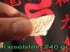 Kieselstein 240 gr Bruchtest Bacfist im Spagat.jpg